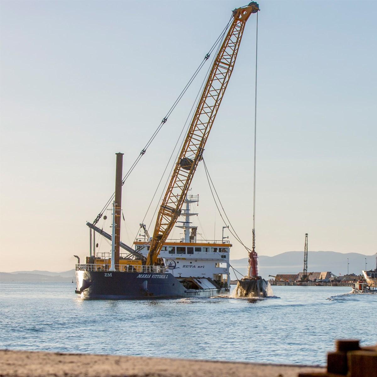 liebherr-hs-8300-hybrid-seilbagger-duty-cycle-crawler-crane-dredging.jpg